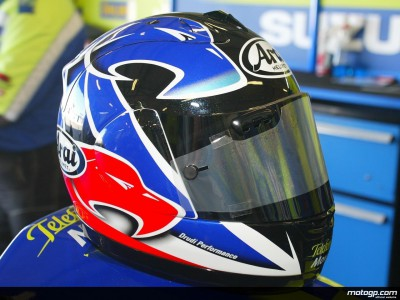 Kenny Roberts mostra un casco con un nuovo disegno