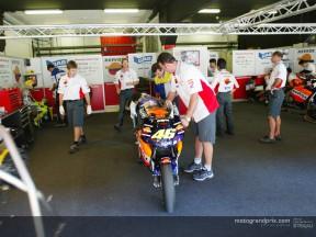 Los equipos de MotoGP vuelven al trabajo en Catalunya