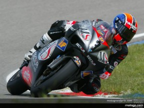 Melandri storms to provisional pole with last-gasp effort