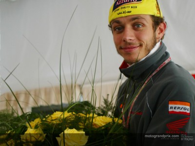 Rossi receives Dutch rose honour at Assen