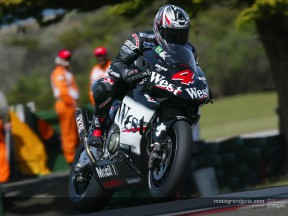 Barros holds off two-stroke surprises at Phillip Island