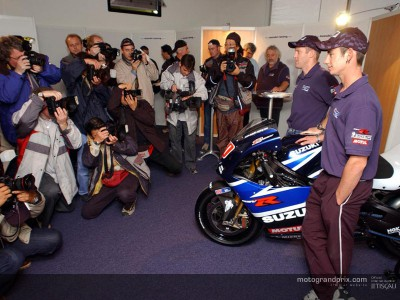 Los pilotos de Suzuki analizan los progresos de la nueva GSV-R