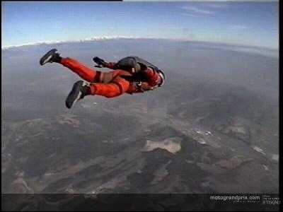 Carlos Checa en paracaidas