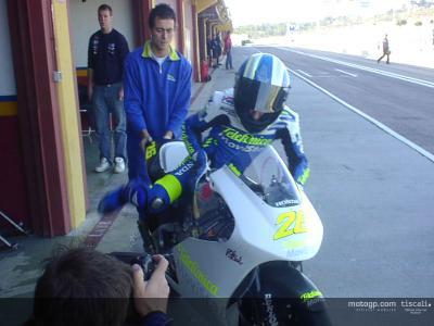 Dani Pedrosa reaparece en pista  y se estrena con éxito con la Honda 250 en Valencia