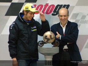 Rossi recibe el primer Trofeo del Campeonato del Mundo