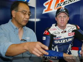 Erv Kanemoto helping to lift Team Suzuki