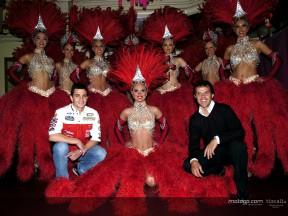 Los pilotos del MotoGP visitan el Moulin Rouge