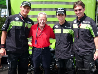 Luigi Taveri enjoys the Estoril action with Kawasaki