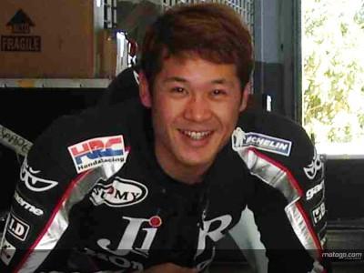 Tamada dà un´occhiata alla nuova livrea della sua Honda Konica Minolta