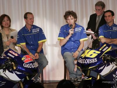 Rossi und Edwards präsentieren die 2005er Yamaha in Tokio