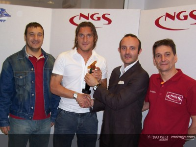 Entrega simbólica del trofeo del GP de Shanghai a Francesco Totti