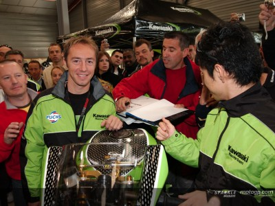 Nakano and Jacque meet fans at new Kawasaki shop