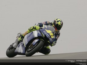 Rossi smashes pole record at Donington Park