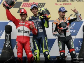 Un podio come quello del Mugello: Rossi, Capirossi, Biaggi