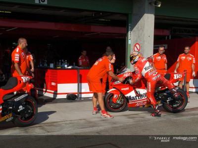 Capirossi trainiert mit Ducati Marlboro den Regentanz
