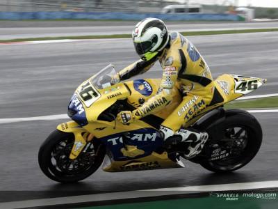 Valentino Rossi precede Stoner sotto la pioggia