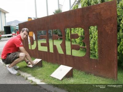 Pesek y Terol visitan la fábrica de Derbi