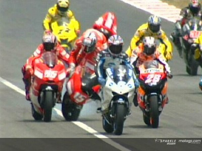 Espectacular accidente múltiple en la salida de MotoGP