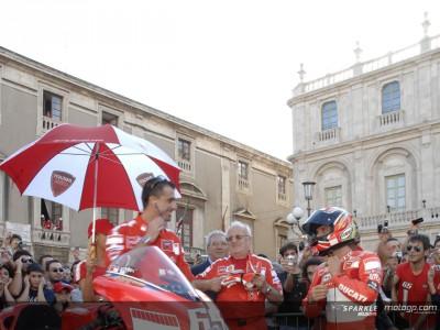 Capirossi sfila in Desmosedici per le vie di Catania