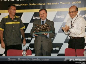 Valencia receives prize for Best GP Of 2005