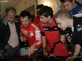Paseo de los pilotos de MotoGP entre tulipanes y diamantes