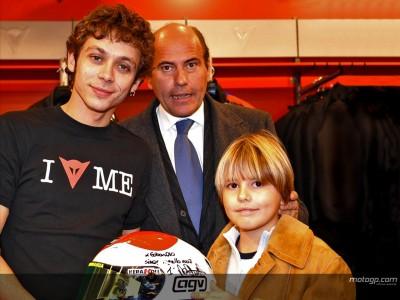Il casco di Rossi in donazione per i bambini