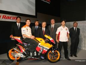 Hayden y Nakano, en la presentación de los equipos Honda en Tokio