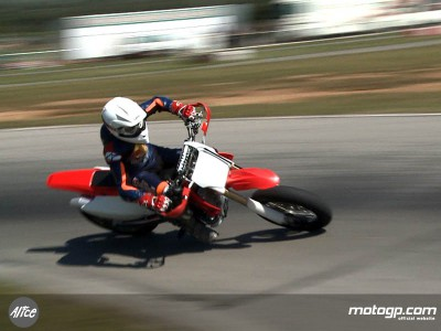 Entrenamiento Supermotard y MX para los pilotos de la Red Bull MotoGP Academy