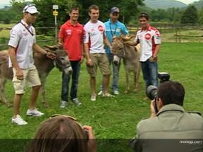 Varios pilotos de MotoGP visitan una granja de la Toscana