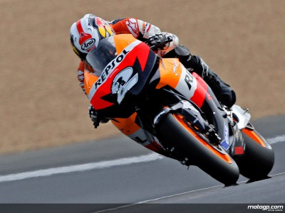 Pedrosa takes charge in Saturday morning session
