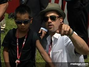 Brad Pitt aprecia acção de MotoGP