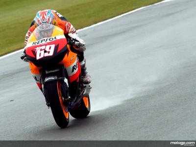 Hayden domina le FP2 nonostante la pioggia
