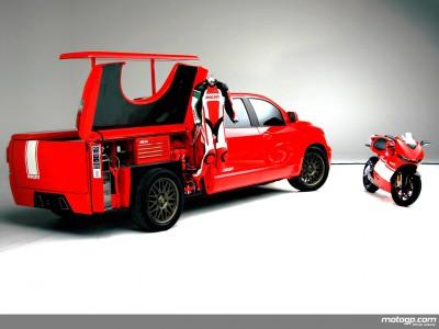 Toyota enthüllt Ducati Desmosedici RR Transporter