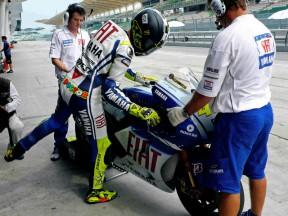 Rossi cade, ma è terzo in Malesia