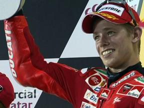 Stoner consuma el `hat trick´ en Qatar y Lorenzo sube al podio