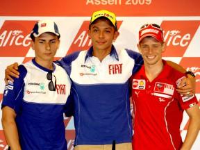 Trio da frente de MotoGP na conferência de imprensa antes da batalha