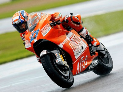 Warm Up MotoGP: Stoner, a gusto con el asfalto encharcado