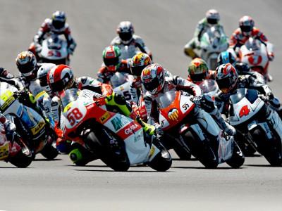 Aoyama y Bautista: lucha por el título de 250cc en el circuito de Brno