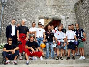 Los pilotos de MotoGP visitan el centro histórico de San Marino y la comunidad de San Patrignano