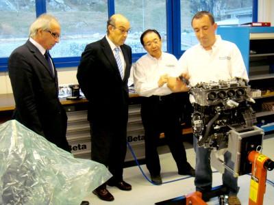 MotoGPの代表団がMoto2エンジンのメンテナンス工場を訪問