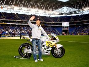 Aoyama mostra a sua montada de MotoGP no estádio do RCD Espanyol