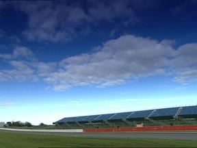 Das Rizla Suzuki Duo über die Silverstone Strecke