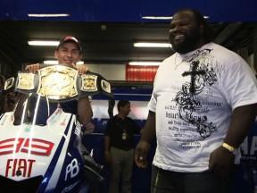 Mark Henry découvre le MotoGP à Montmeló