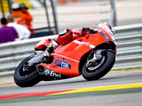Hayden and Stoner prove Aragón pace in differing conditions