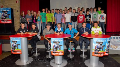 MotoGPライダーたちが学校を訪問