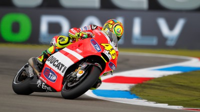 Rossi emerge en un warm up con lluvia