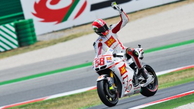 Thousands turn out to pay repect to Simoncelli ahead of funeral