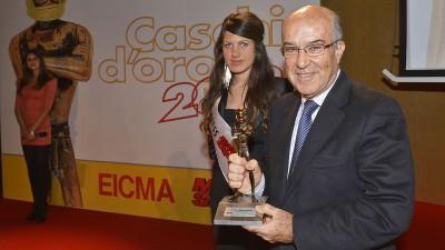 Carmelo Ezpeleta recibe el Casco de Oro