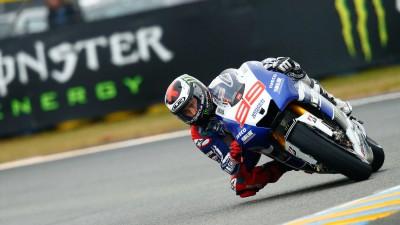 Lorenzo mène un warm-up sur piste mouillée au Mans
