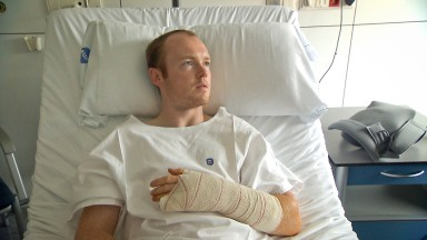 B.スミスが左手小指と手首を手術